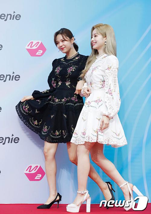 Jeong Yeon và Da Hyun mặc đồ đôi, chỉ khác màu.