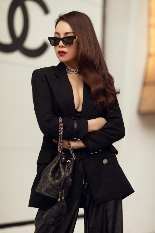 Cô diện mốt khoe nội y khi diện bra-top cùng vest và quần ống suông.
