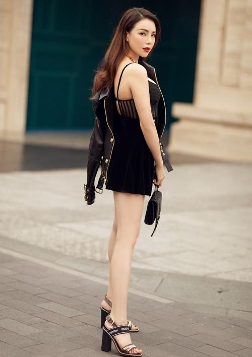 Đầm hai dây cúp ngực được Trà Ngọc Hằng kết hợp cùng áo khoác da và sandals Louis Vuitton.