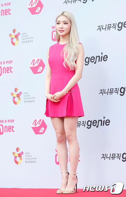 Chung Ha chọn tông hồng cực nổi khi tham gia sự kiện.