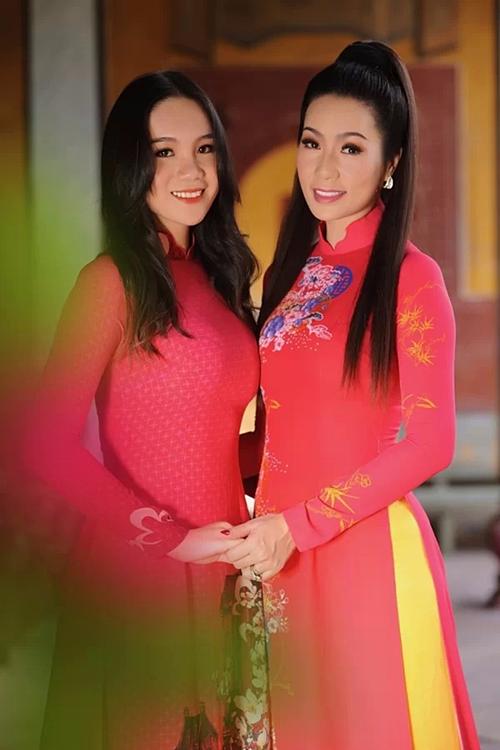 Võ Trịnh Khánh Ngân (2002), cao 1,72m, đang học lớp 11 chuyên Văn của một trường quốc tế tại TP HCM. Cô là con gái đầu lòng của NSUT Trịnh Kim Chi và được nhận xét sở hữu nhan sắc xinh đẹp.