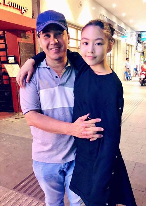Con gái lớn của Quyền Linh tên là Mai Thảo Linh, sinh năm 2005.Mới 14 tuổi, Thảo Linh đã ra dáng người mẫu tương lai. Theo chia sẻ của Quyền Linh, năm ngoái, con gái anh đã cao 1,7m - hơn bố (1,68 m).