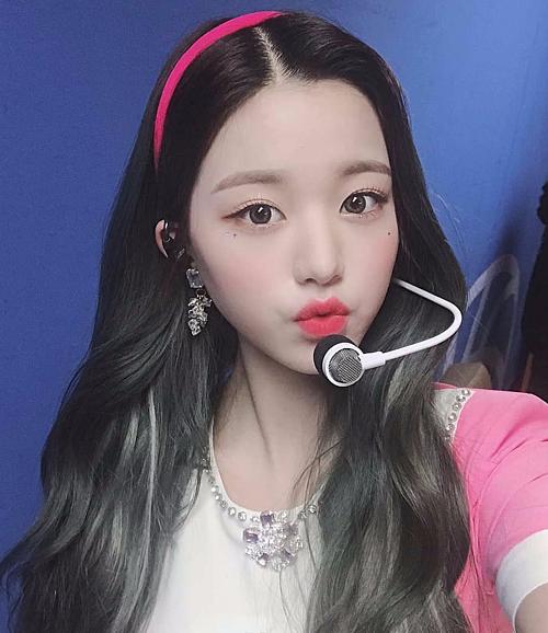 Won Young – center của nhóm IZONE khó lòng bỏ qua mốt diện băng đô trẻ trung hợp tuổi. Cô nàng còn được khán giả đánh giá cao về tài năng, nhan sắc lẫn gu làm đẹp.