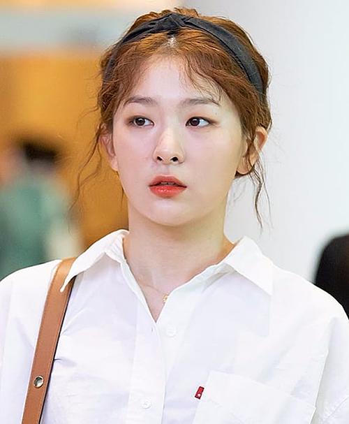 Thành viên của Red Velvet là Seul Gi vừa qua cũng thu hút cư dân mạng khi nhấn nhá mái tóc vàng bằng chiếc băng đô đen. Không ít người nhận xét Seul Gi trông nữ tính, dịu dàng hơn với phong cách này.