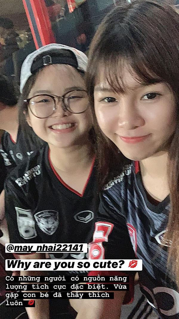 Lần đầu Yến Xuân mặc áo CLB bạn trai thi đấu để cổ vũ bạn trai.