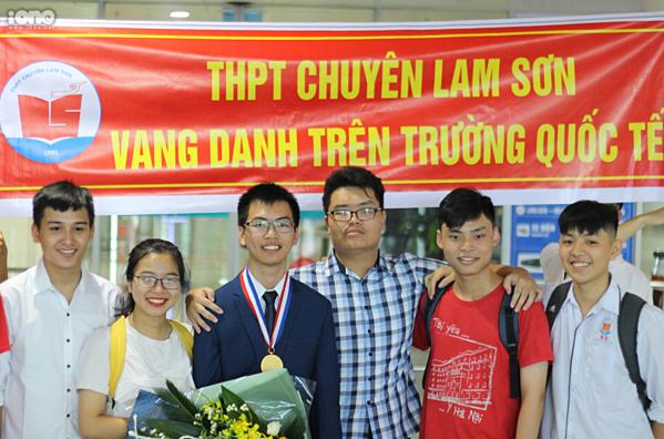 Chí Nguyên mang HC Vàng về trong sự đón chào của bạn bè.