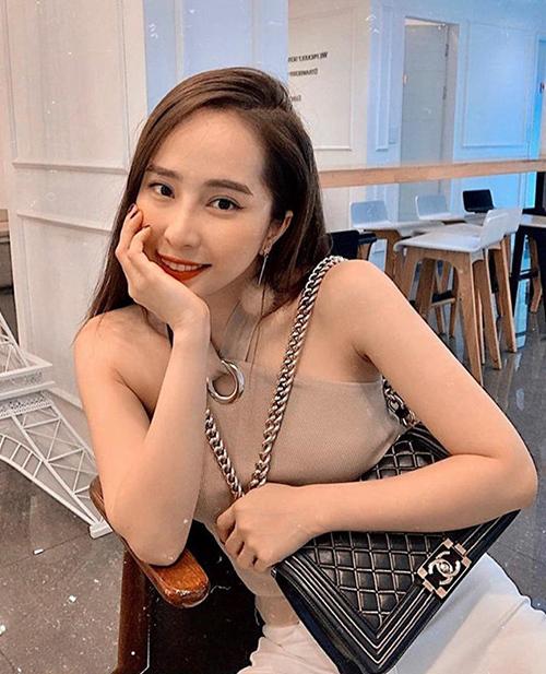 Chanel Sac Boy được xem là It Bag mà cô nàng sành điệu nào cũng phải có. Quỳnh Nga phải chi từ 100-150 triệu đồng để sắm về mẫu túi này.
