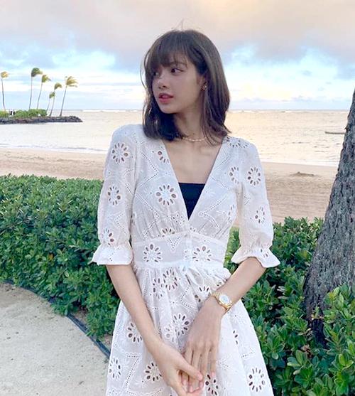 Các fan đều mong muốn có vẻ ngoài tươi xinh như Lisa nên không ngại chi 228 USD (khoảng 5,3 triệu đồng) để sở hữuĐầm trắng của REVOLVE X For Love & Lemons