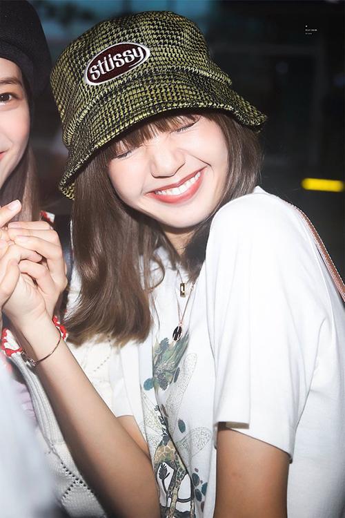 Các fan thích chiếc mũ tai bèo Lisa diện ở sân bay đến mức nó không còn hàng mà bán chỉ trong vòng 1 tiếng, bất chấp mức giá không rẻ 40 USD (khoảng 930k).