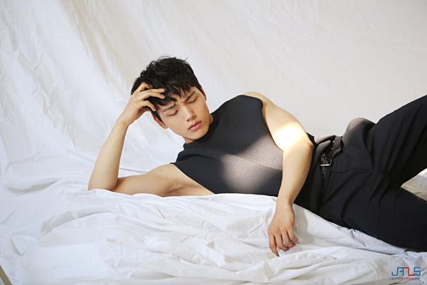 Yeo Jin Goo sinh năm 1997 nhưng đã gia nhập làng giải trí từ năm 2005 với vai trò diễn viên nhí. Các phim nổi tiếng của anh làGiant, Mặt trăng ôm mặt trời, Missing You... Yeo Jin Goo đã nhận được một giải thưởngNghệ sĩ mới xuất sắc tại Blue Dragon Film Awards với vai chính trong phimhành động Hwayi: A Monster Boy.