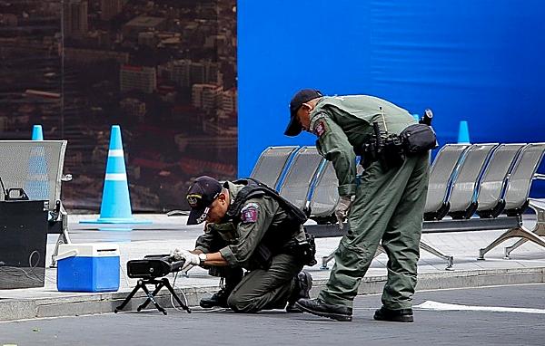 Đội rà phá bom mìn Thái Lan tại hiện trường một vụ nổ sáng nay ở Bangkok.