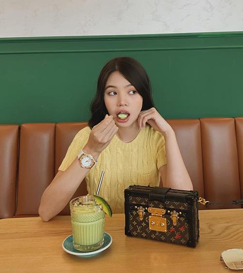 Jolie Nguyễn khoe ảnh ngồi uống sinh tố nhưng khán giả lại chú ý hơn cả vào chiếc túi hiệu trăm triệu của cô nàng.