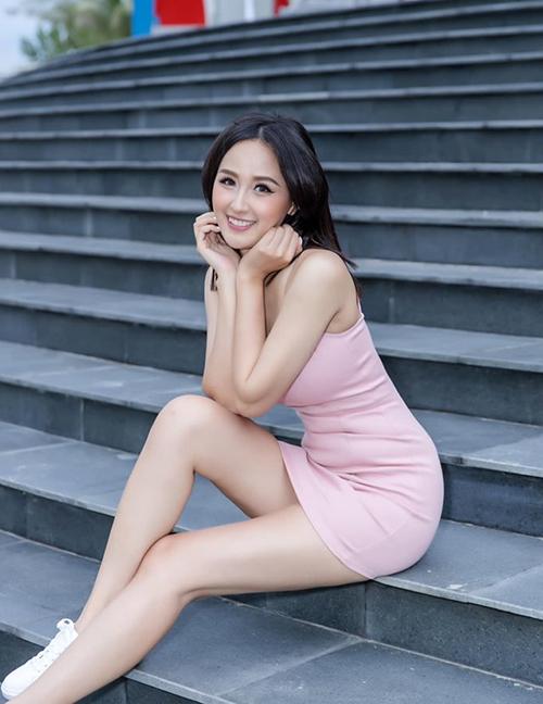Mai Phương Thúy diện váy hồng trẻ trung, khoe vóc dáng gợi cảm.