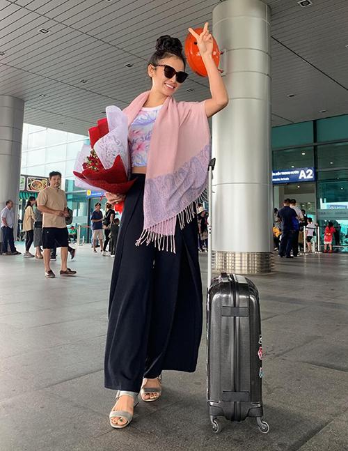 Phương Trinh Jolie mặc kín đáo ra sân bay, khác hẳn hình ảnh sexy thường lệ với bikini.