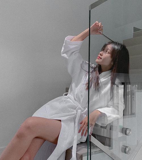 Khả Ngân nghịch ngợm khoe dáng khi chỉ khoác chiếc áo choàng tắm.