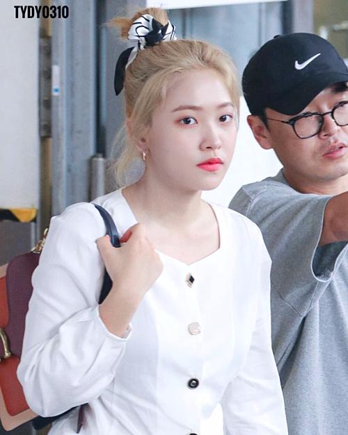 Thời gian gần đây, em út Red Velvet cho thấy sự chăm chút ngoại hình rõ rệt. Không chỉ búi tóc cao bằng chiếc khăn duyên dáng, Yeri còn tinh ý chọn màu son hồng cam xinh yêu để không bị