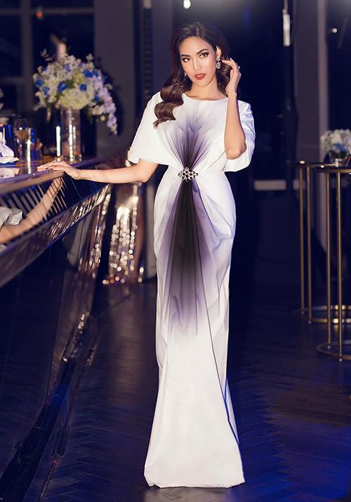 Chiếc váy với điểm nhấn tinh tế ở eo giúp Lan Khuê giấu bụng hoàn hảo.
