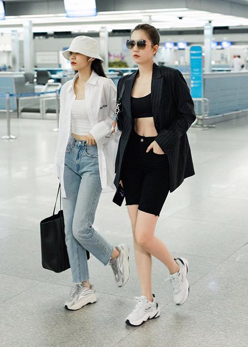 Ngoài việc kết hợp cùng quần thụng, chân váy cá tính, Ngọc Trinh cũng thích mix áo chỉ vừa đủ che vòng một với quần biker shorts đậm chất thể thao.