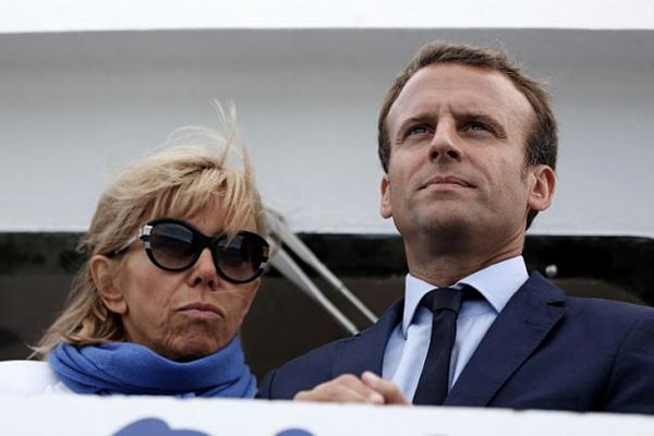 Bà Brigitte Macron được khen trẻ đẹp so với tuổi, song vẫn lộ rõ khoảng cách tuổi táckhi đứng cạnh chồng kém 25 tuổi.