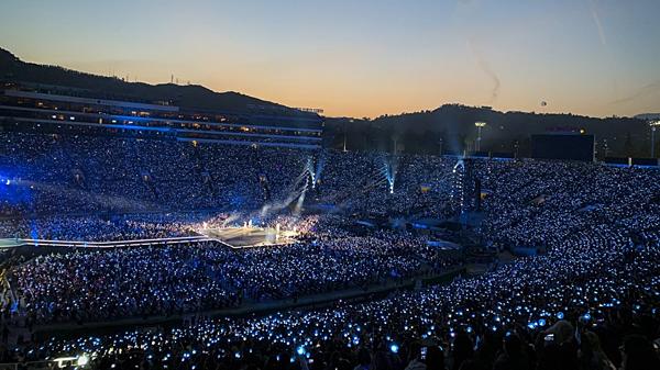 Hình ảnh một đêm concert Love Yourself: Speak Yourself của BTS tại sân vận động Rose Bowl, Mỹ.
