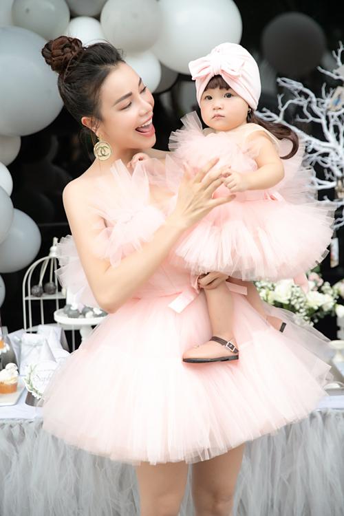 Trà Ngọc Hằng và con gái.