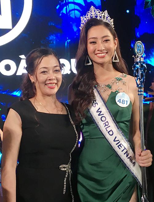 Hoa hậu Thùy Linh và mẹ.