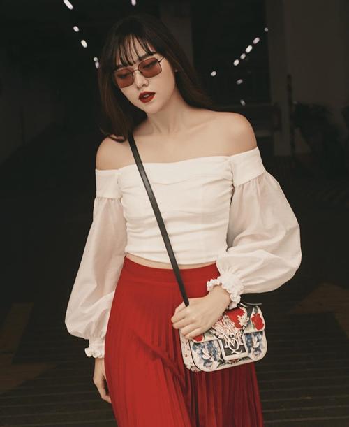Là sinh viên trường con nhà giàu RMIT, Tường San không thiếu những món đồ hiệu khi dạo phố. Trong hình, cô nàng sang chảnh khi diện cây đỏ trắng kết hợp túiAlexander McQueen