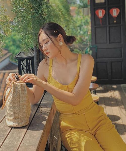 Phong cách của Á hậu là hiện đại, tối giản màu sắc và kiểu dáng trên một bộ trang phục và khoe dáng vừa đủ.
