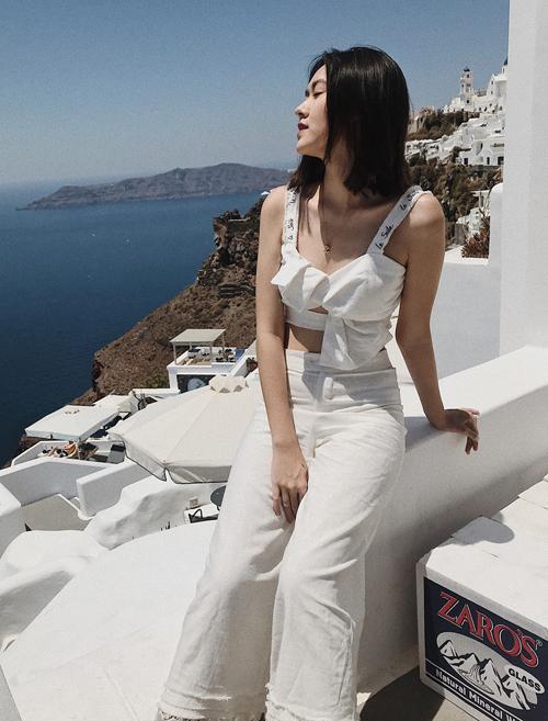 Cô thường xuyên khoe thời trang sang chảnh trong những chuyến du lịch khắp Âu Á.