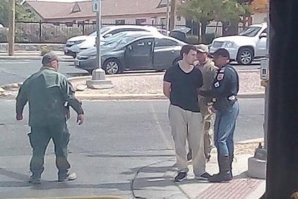 Patrick Crusius (áo đen) bị bắt giữ ngay sau vụ xả súng.