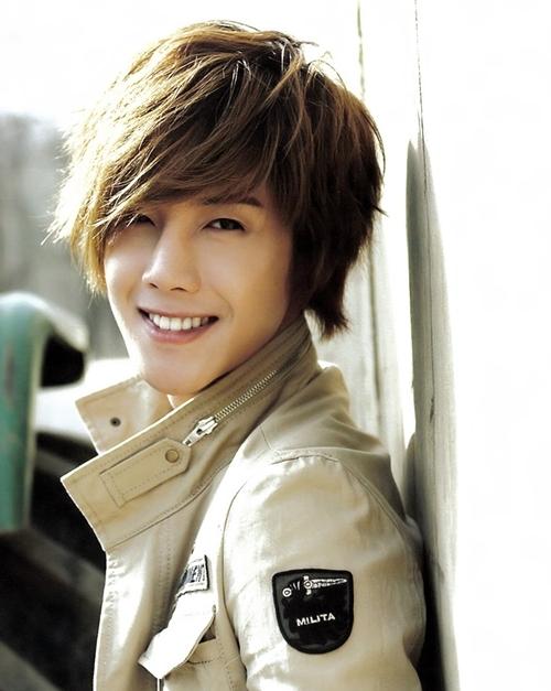 Kim Hyun Joong (SS501) bất ngờ xếp vị trí thứ 2, nhận được14.063 lượt bình chọn. Anh từng là một trong những mỹ nam đình đám nhất Kpop thế hệ 2. Sau vụ kiện cáo với bạn gái cũ, sự nghiệp nam diễn viên Vườn sao băng tuột dốc. Mặc dù vậy, bỏ qua những ồn ào đời tư, nhiều fan vẫn cho rằng Hyun Joong có ngoại hình thuộc hàng top Kpop.