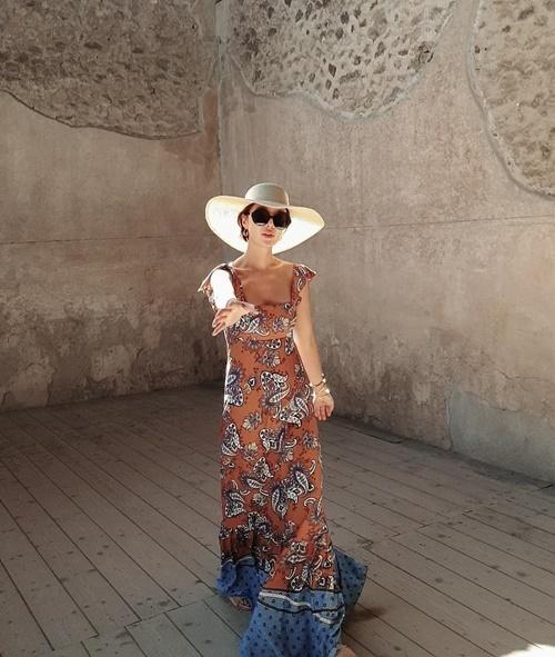 Hwang Jung Eum chuộng mặc đồ xẻ ngực, khoét cổ sâu trong chuyến du lịch Italy.