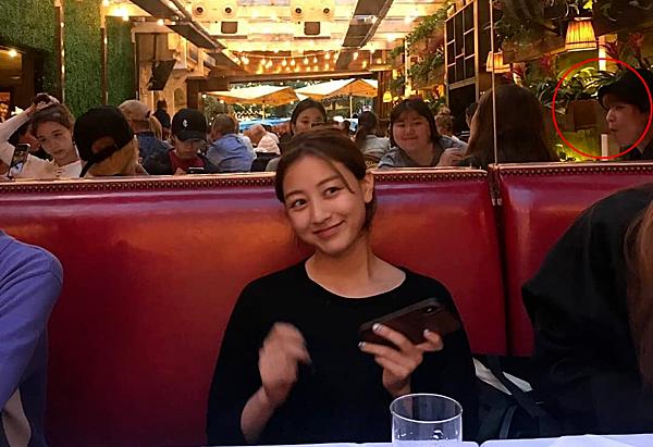 Liên quan đến sự việc, một bức ảnh đang được lan truyền với chú thích Daniel dùng bữa cùng Ji Hyo và các thành viên Twice đã được JYP lên tiếng phủ nhận. Công ty này cho biết chàng trai trong bức ảnh là quản lý của Twice, không phải Kang Daniel.