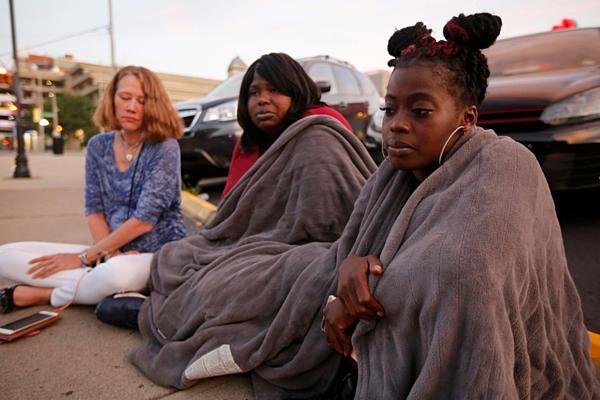 Nikita Papillion (23 tuổi),  Tanycia Leonard (28 tuổi) và Tiffany McConnell (43 tuổi) (từ trái sang) nhớ lại buổi tối kinh hoàng tại Dayton, Ohio hôm 4/8.