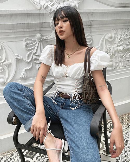 Tú Hảo gần đây theo đuổi cách ăn mặc nữ tính nhưng vẫn toát lên vẻ chất ngầu, đậm cảm hứng thời trang năm 2000.