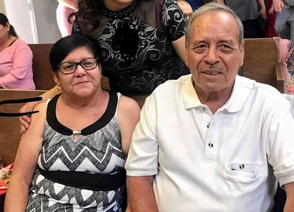 Ông Juan de Dios Velazquez che chắn cho vợ mình khỏi những viên đạn.