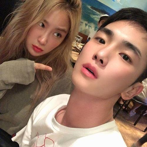 Đôi bạn thân Soyou và Key chụp ảnh chung.