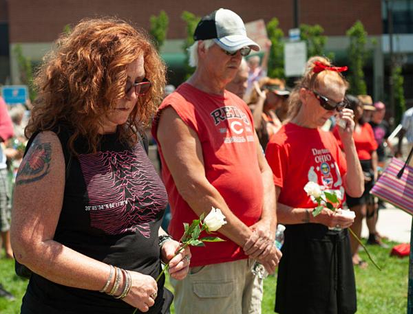 Người dân cầu nguyện cho các nạn nhân trong vụ xả súng ở El Paso.