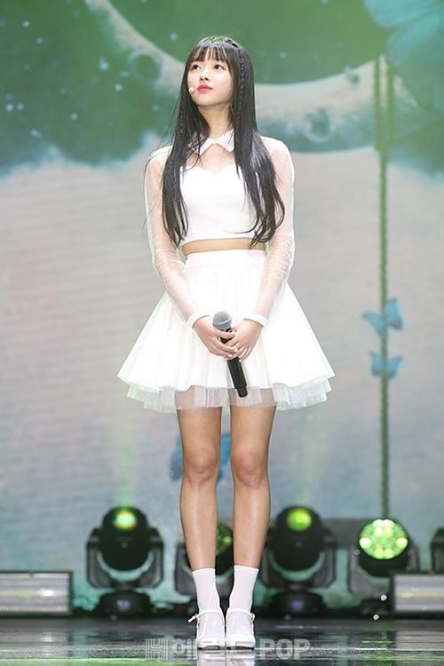 Mặc dù chỉ cao 1m62, YooA vẫn khiến fan trầm trồ bởi số đo 3 vòng chuẩn. Cô nàng có chân dài lưng ngắn nên trông cao hơn chiều cao thực tế.