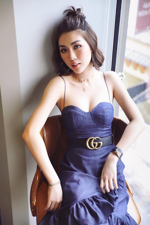 Tường Linh diện váy cúp ngực không nội y khoe vẻ gợi cảm.