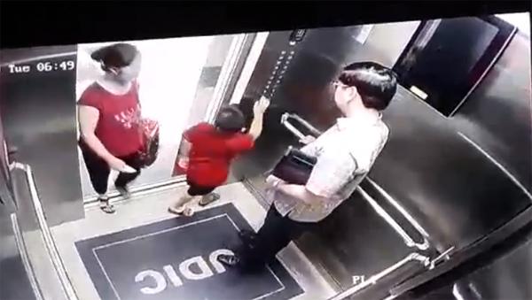 Hình ảnh từ camera thang máy khu nhà bé cho thấy, sáng hôm đó, Long mặc áo đỏ đến trường.