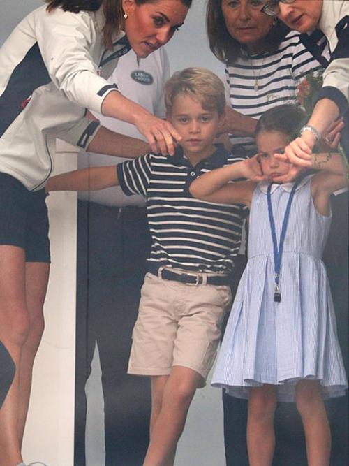 Công chúa Charlotte lè lưỡi khi xem giải đua thuyền