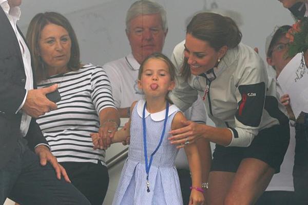 Công chúa Charlotte lè lưỡi khi xem giải đua thuyền - 2