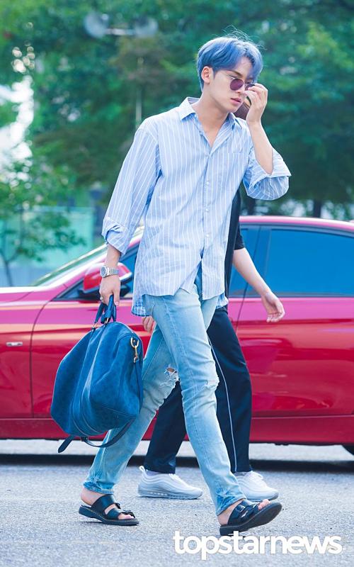 Dáng vẻ vội vã trên đường đi làm của Min Gyu. Gần đây, anh chàng ghi điểm bởi hành động ga lăng với Yeji (ITZY) tại Inkigayo.