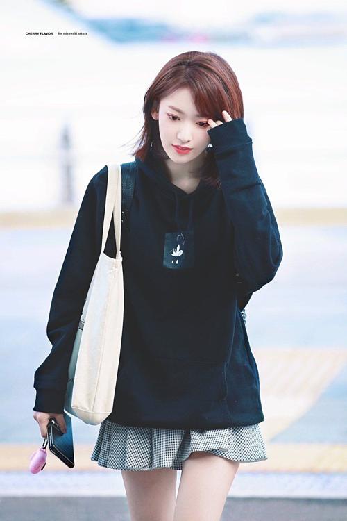Sakura sinh năm 1998, là một trong những thành viên nổi tiếng nhất IZONE - girlgroup bước ra từ chương trình sống còn Produce 48. Cô nàng nhiều lần gây sốt bởingoại hình xinh đẹp đúng chuẩn nhân vật anime: mắt to, môi mỏng,mũi cao, tóc ngắn ngang vai.