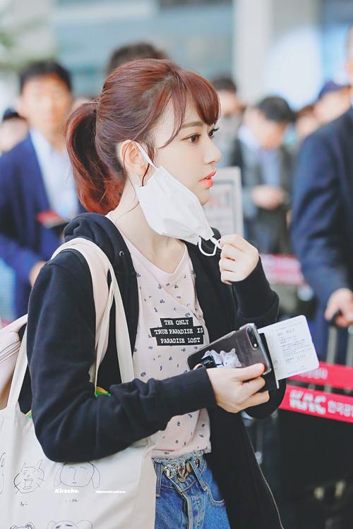 Nhờ visual nổi bật, Sakura được khen ra sân bay mà đẹp như chụp hình tạp chí.
