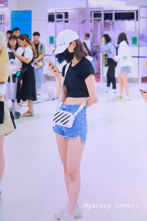 Những phụ kiện đi kèm như mũ lưỡi trai, minibag hiệu Off-White và giày thể thao Nike Air Max tôn thêm vẻ trẻ trung, năng động cho nữ idol Nhật Bản.
