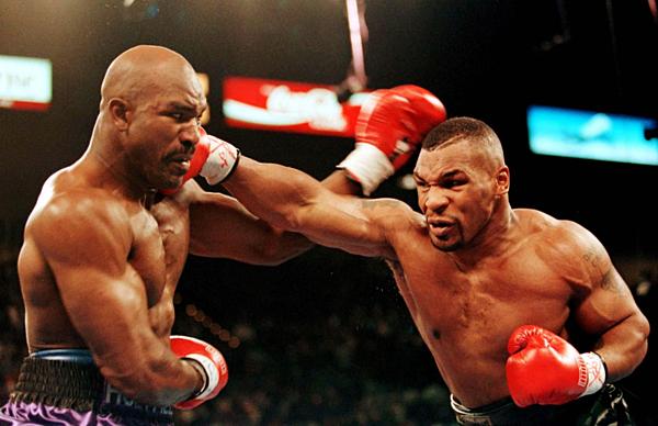 Tay đấm quyền Anh huyền thoại Mike Tyson thời còn thi đấu.