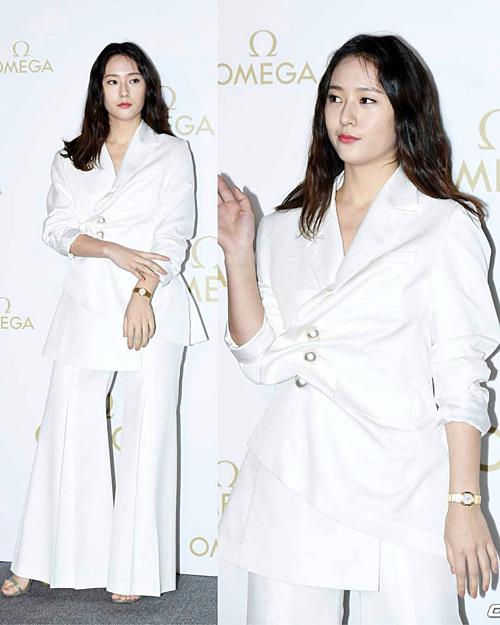 Thời trang dự sự kiện của người đẹp đang trong tình trạng báo động.Áo peplum và quần ống loe cũng không giúp Krystal trông khá khẩm hơn.