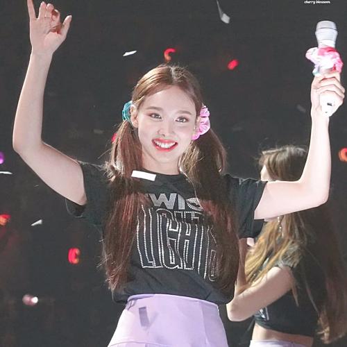 Kể cả khi biểu diễn trên sân khấu, Na Yeon cũng vô tư diện chun buộc tóc, giúp